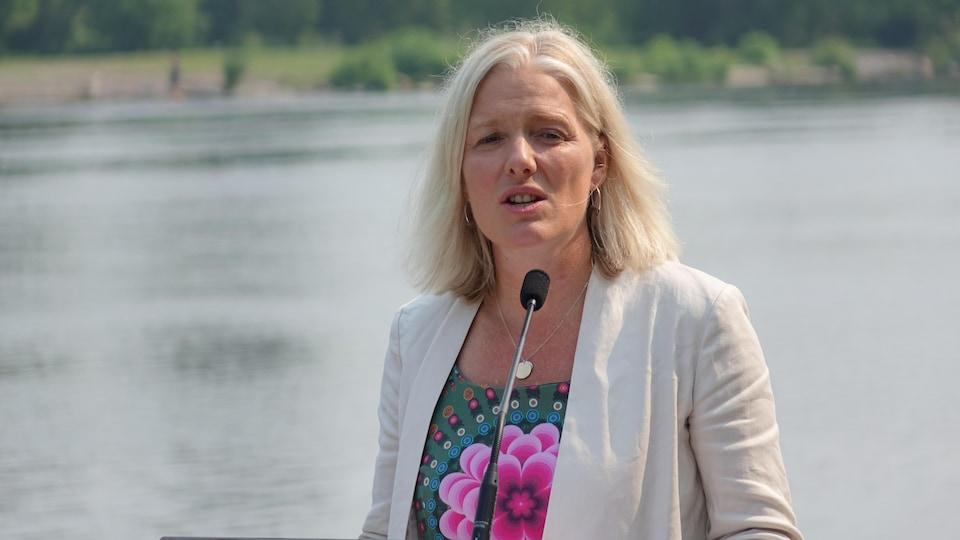 Portrait de la femme devant un micro, sur la rive ontarienne de la rivière des Outaouais.