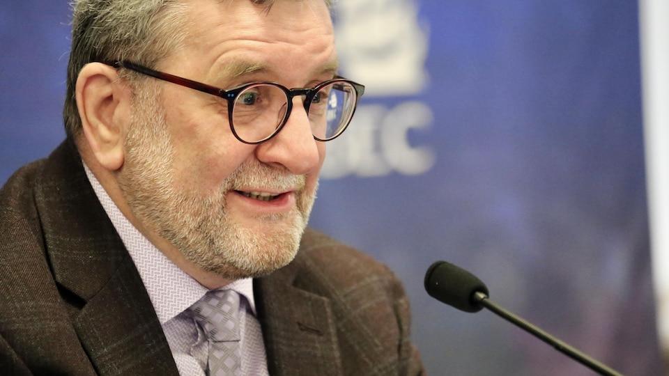 Régis Labeaume prend la parole lors d'une conférence de presse.