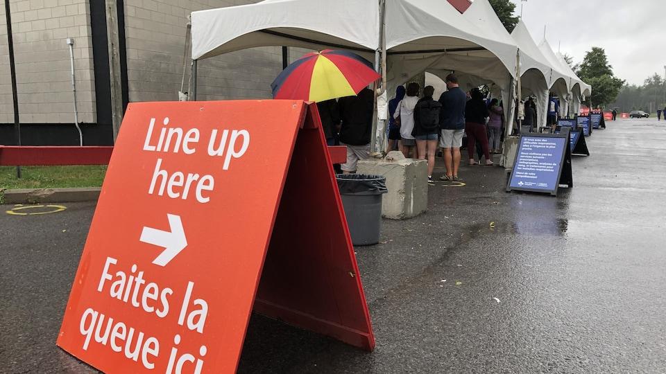Plusieurs personnes font la file à l'aréna Brewer, à Ottawa.