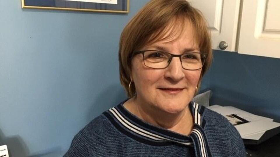 Anne LeBlanc dans un bureau.