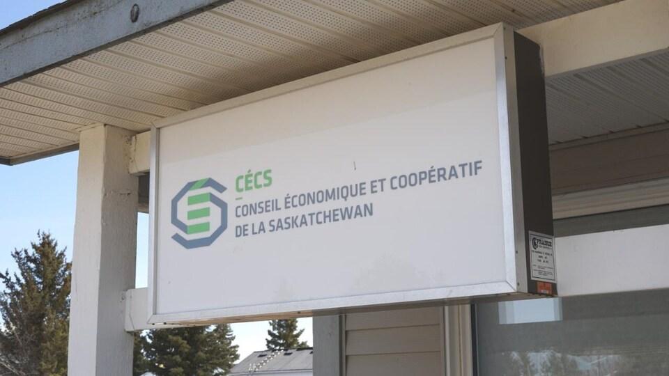 Une affiche du Conseil économique et coopératif de la Saskatchewan (cécs) devant le restaurant du village de Saint-Isidore-de-Bellevue, en Saskatchewan.