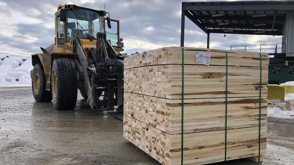 Un paquet de bois prêt à être livré.