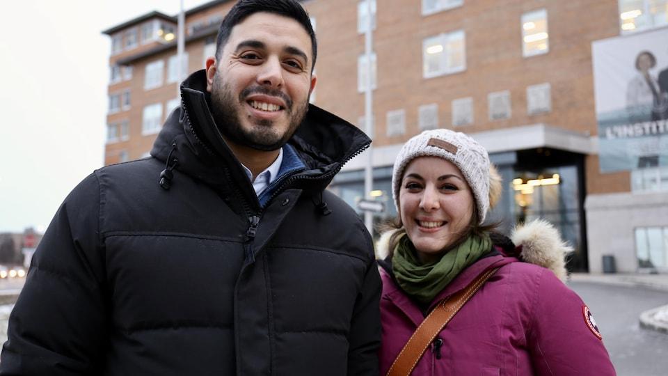 Un homme souriant à côté d'une femme souriant, ils sont dans le stationnement d'Institut universitaire de cardiologique de Québec