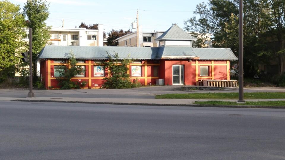 Un bâtiment rouge sans écriteau.