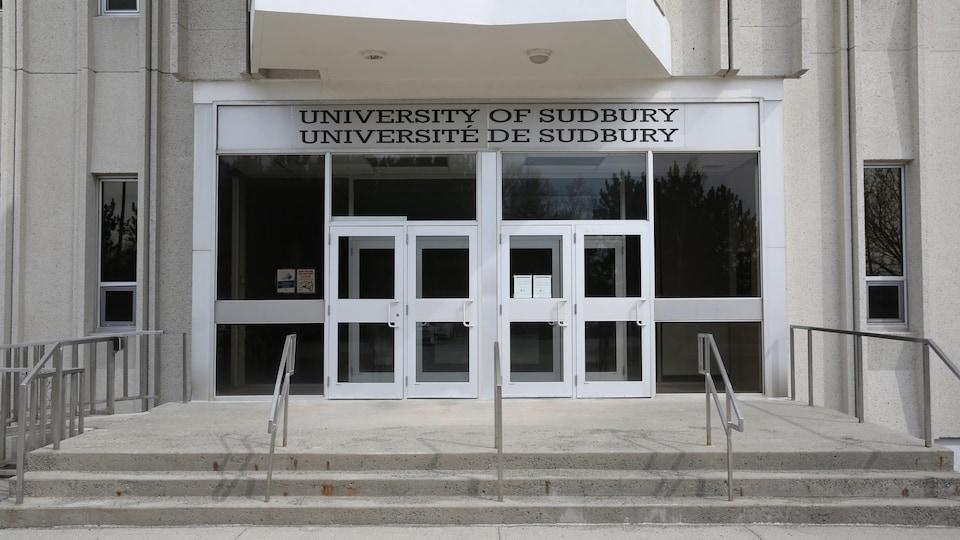 Entrée d'un bâtiment de l'Université de Sudbury
