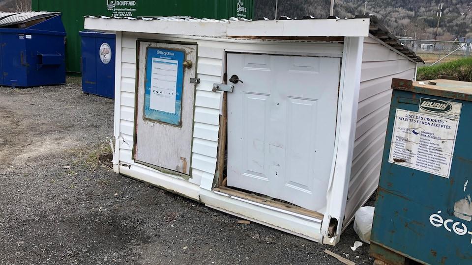 Cabanon avec une porte endommagée
