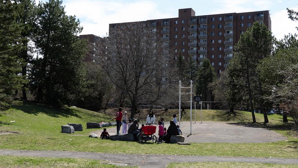 Des parents et des jeunes dans un parc.