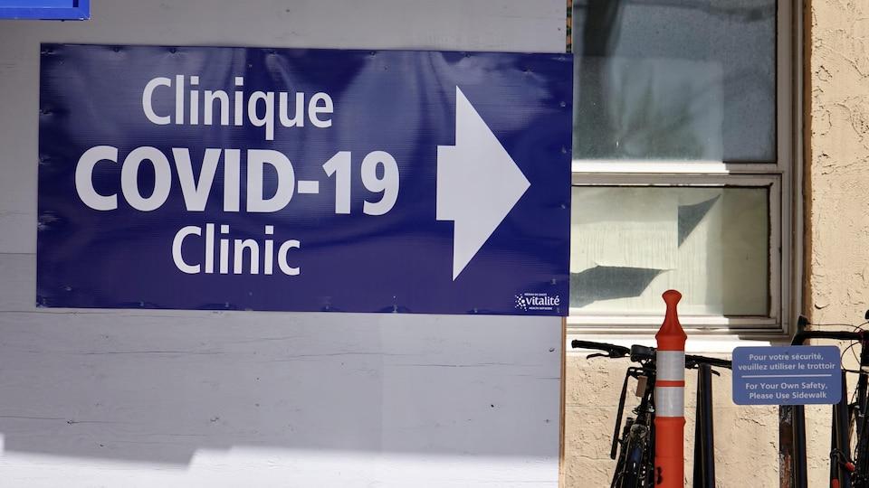 Une affiche de la clinique de dépistage de COVID-19 au Centre hospitalier universitaire Dr-Georges-L.-Dumont.