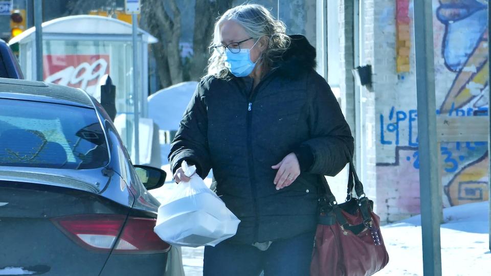 Une personne portant un masque.