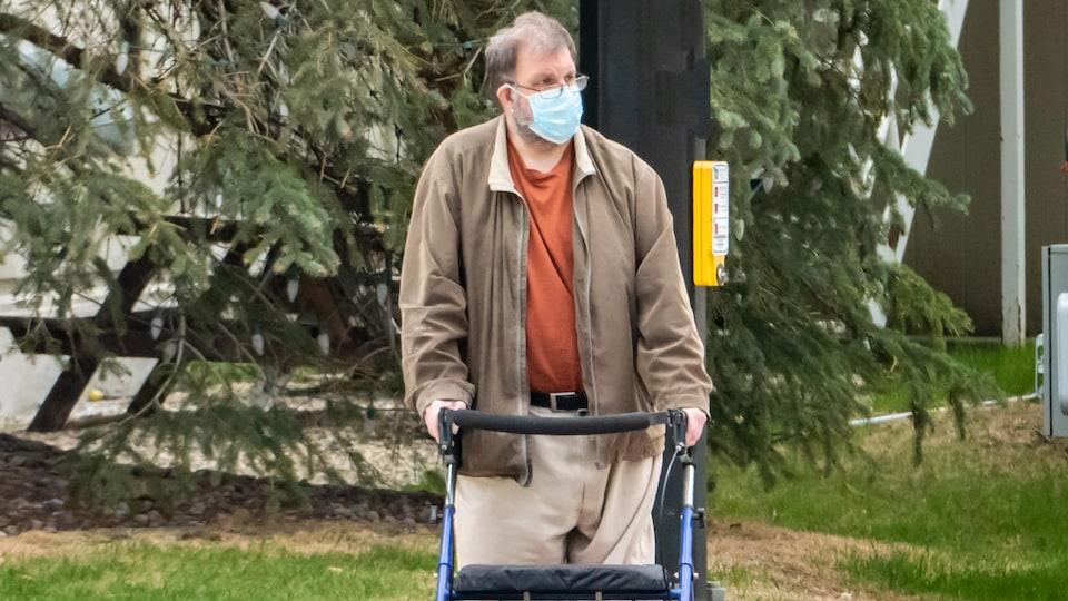 Photo d'un homme avec une marchette.