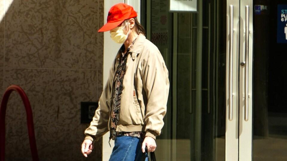 Un homme marche dans les rues de Regina.