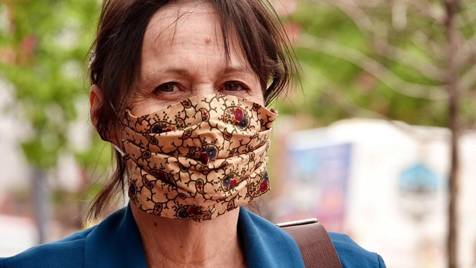 Une personne portant un masque réutilisable.