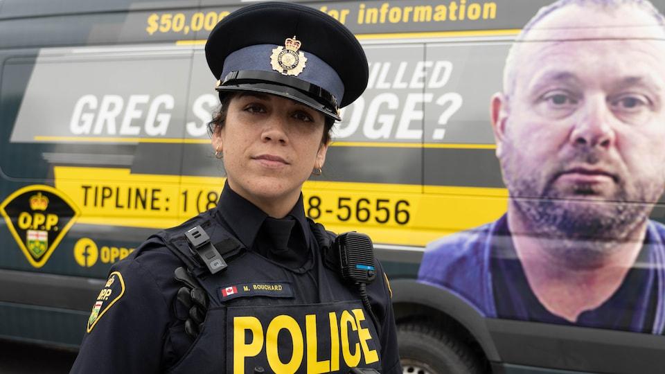 Photo de Mélissa Bouchard devant une camionnette sur laquelle est affiché le visage de la victime.