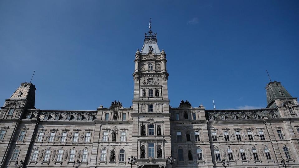 L'édifice de l'Assemblée nationale du Québec vu de face.