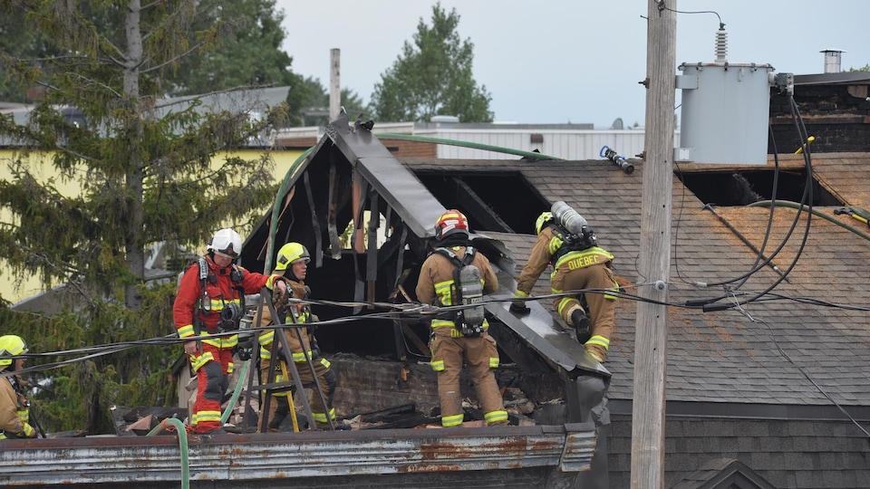 Des pompiers sur un toit.