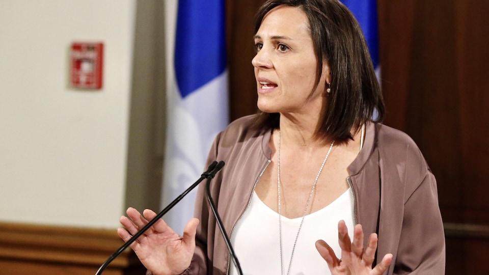 Isabelle Charest en conférence de presse.