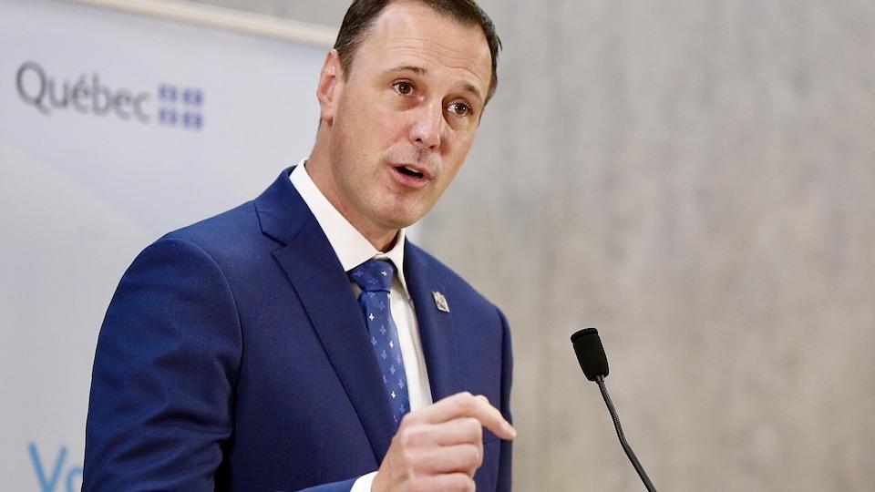 Le ministre de l'Education Jean-François Roberge debout durant une conférence de presse.