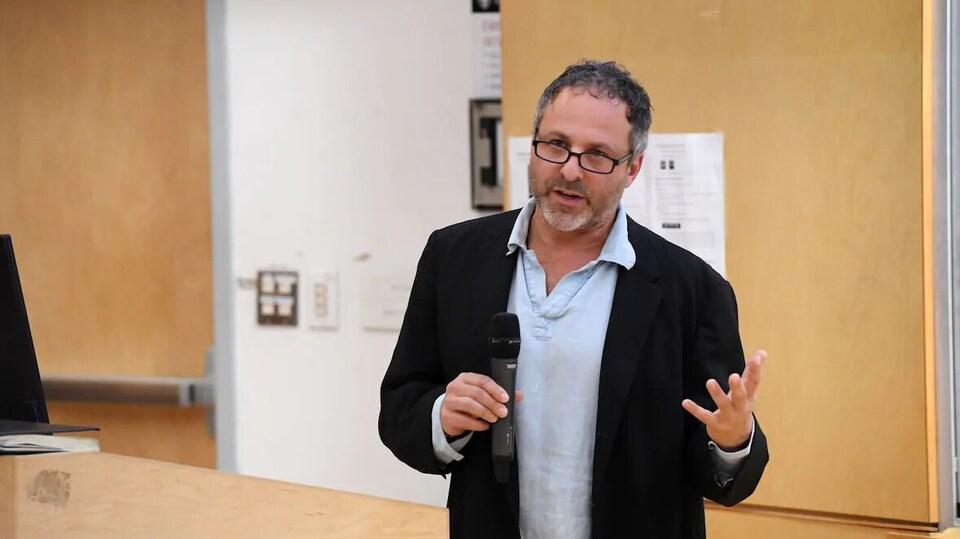 Jeff Karabanow parle dans un micro