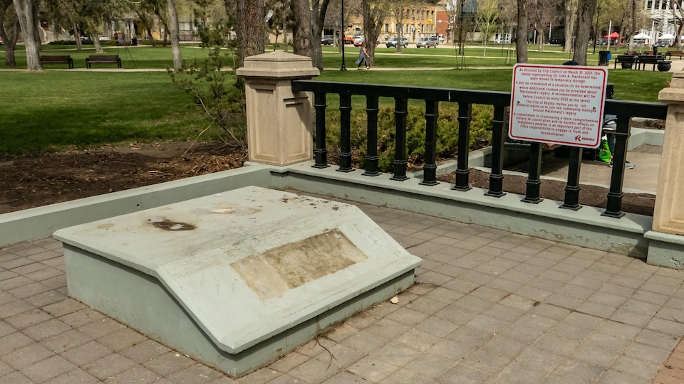 Le socle où reposait la statue de John A. Macdonald au parc Victoria de Regina est vide.