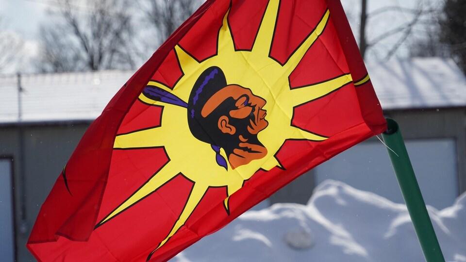 Le drapeau mohawk.
