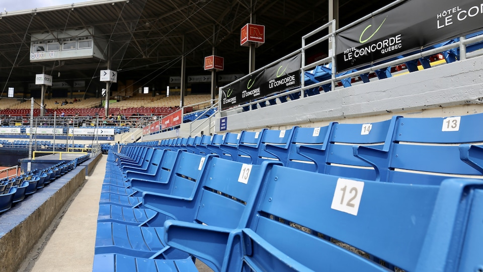 Des bancs vides dans un stade de baseball.