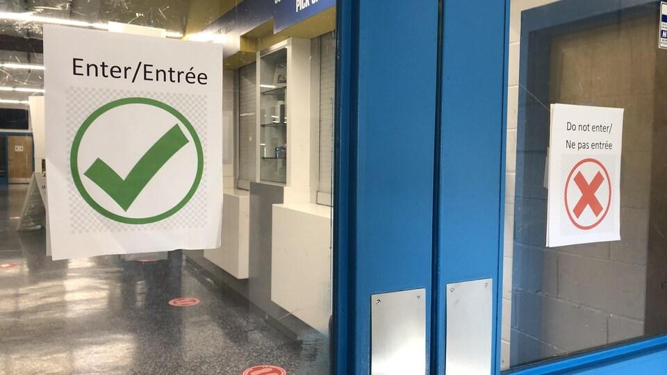 Portes avec affiches entrée et sortie.