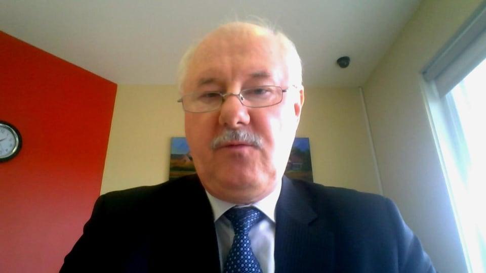 Alain Bertrand accorde une entrevue à Radio-Canada via Skype.