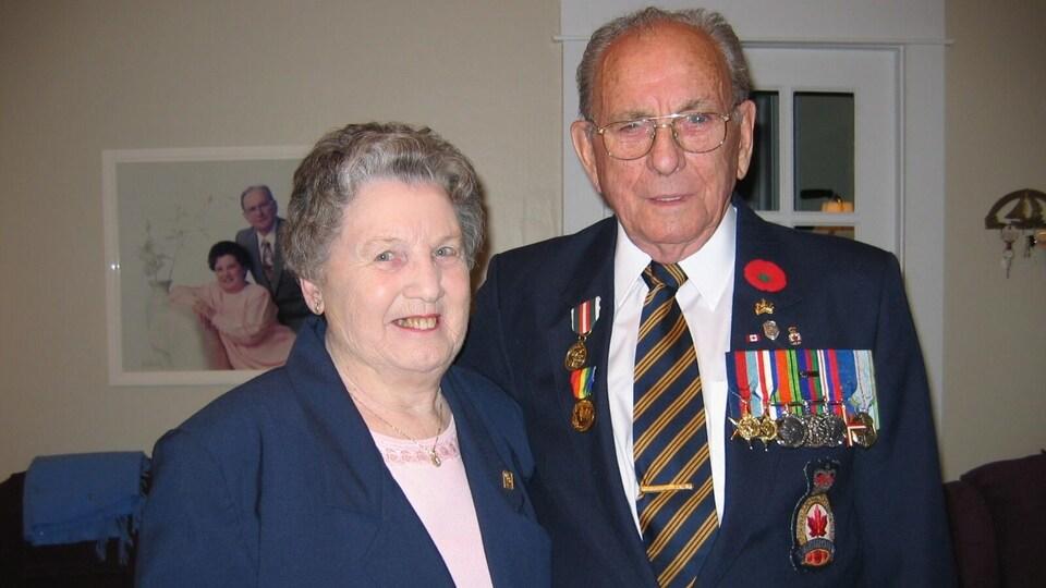 Photo de couple. L'homme porte des médailles militaires.
