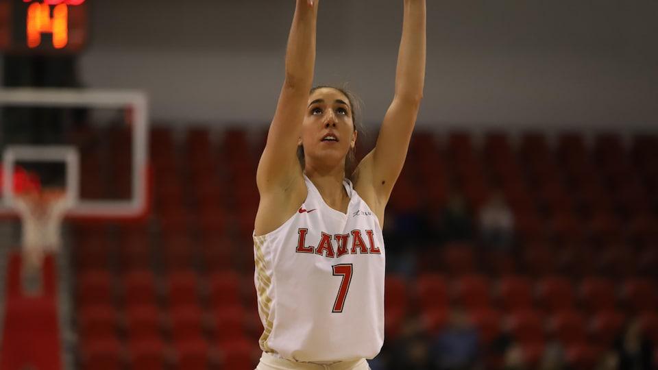 Frédérique Beauchamp, joueuse du Rouge et Or Basketball lors de la demi-finale contre les Martlets de McGill le 26 février 2020