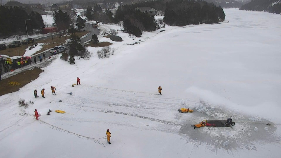 Les secouristes ont dû travailler fort pour ouvrir ce trou dans la glace d'une profondeur de 60 cm.