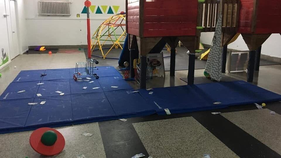 Salle de jeu vandalisée.