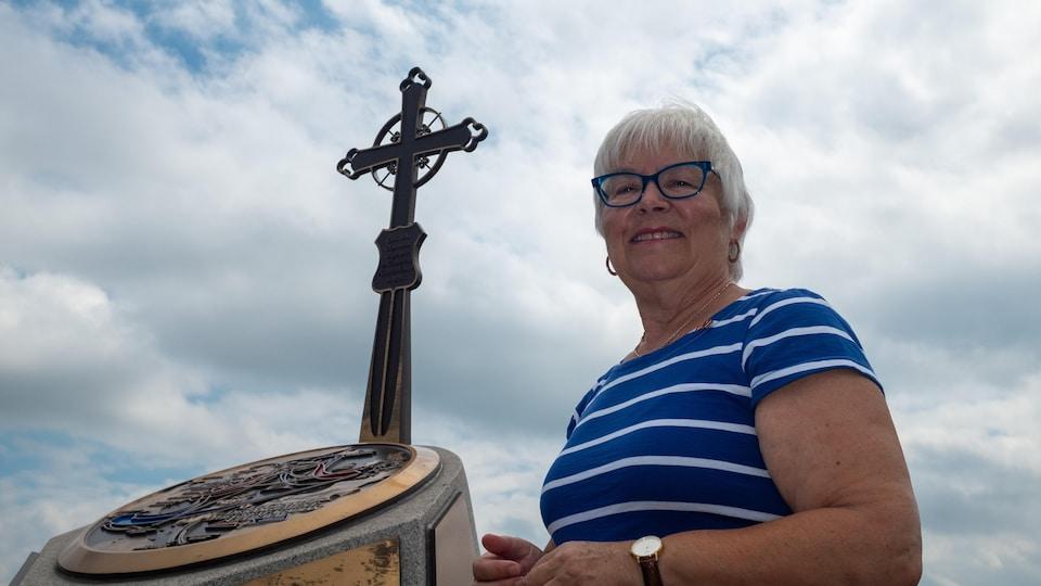 Louise Imbeault devant le monument de l'Odyssée acadienne.