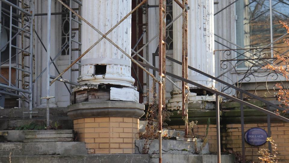 Une colonne de la Maison Pollack qui doit être réparée
