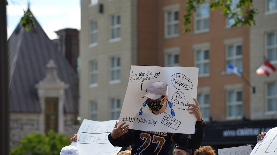Un manifestant en faveur du maintien du sport scolaire.
