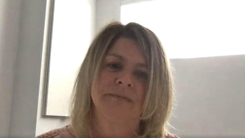 Marie-Cécile Bodéüs accorde une entrevue via webcam.