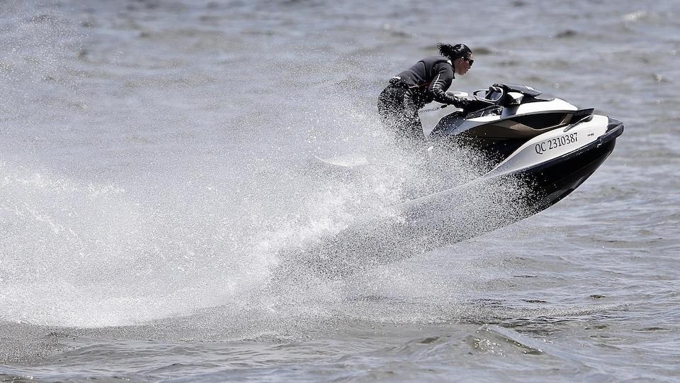 Une motomarine lancée à grande vitesse sur l'eau.