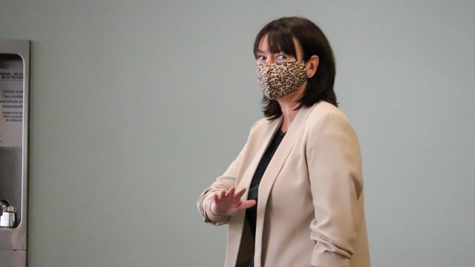 Portrait de Nathalie Normandeau qui porte un masque.
