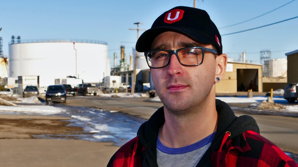 Nathan Kraemer devant la raffinerie Co-op de Regina.