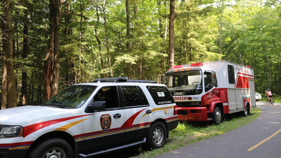 Une voiture de police et un camion de pompiers.