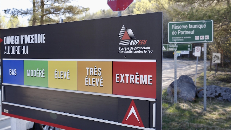 Un panneau indicateur du risque d'incendie de forêt dans Portneuf.