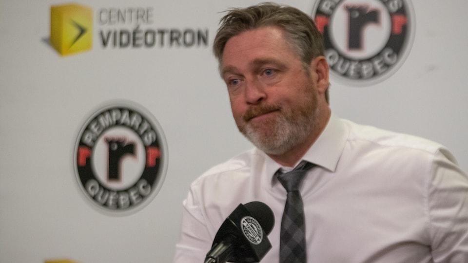 Un entraîneur au micro en conférence de presse