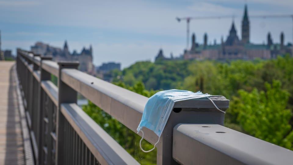 Un masque sur le pont Alexandra à Gatineau.