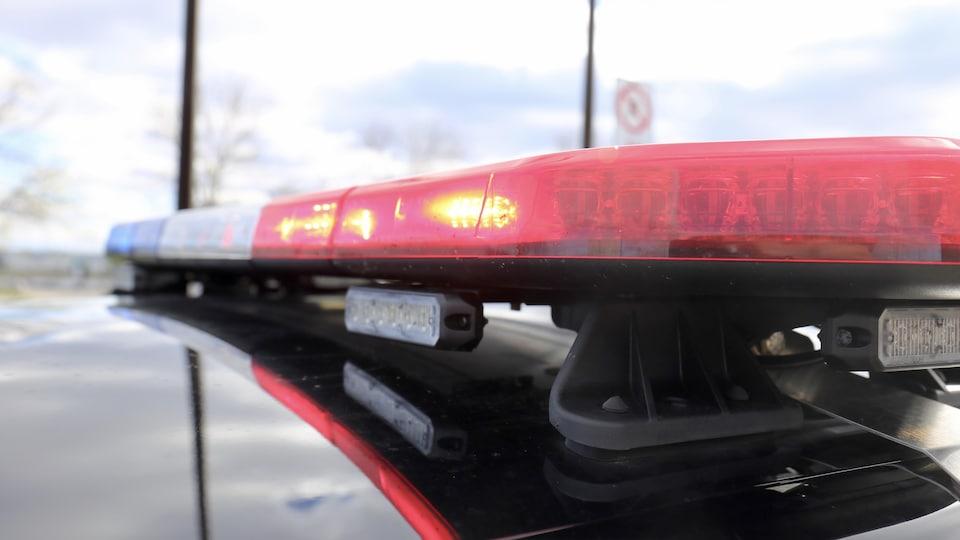 Gyrophare d'une autopatrouille de la police.