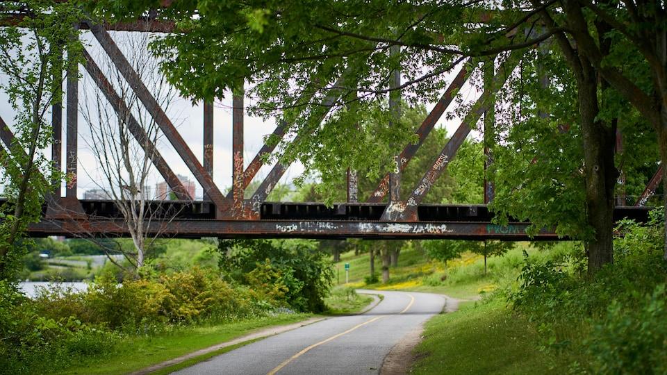 Un pont au-dessus d'une piste cyclable.