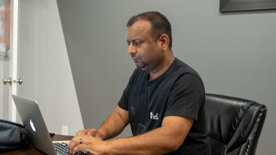 Ketan Raval à l'ordinateur