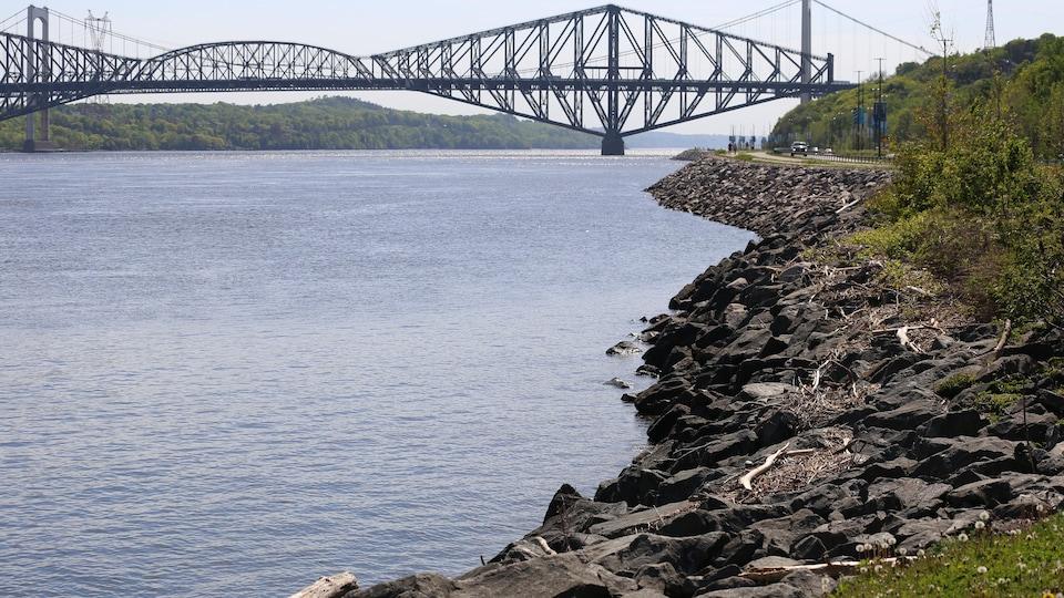 Le pont de Québec, vu de la rive