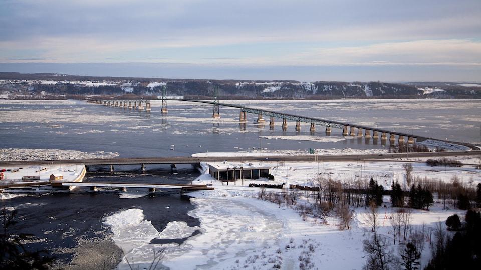 Le pont de l'île-d'Orléans vu des chutes Montmorency, en hiver.