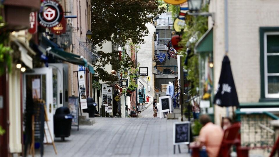 Une rue quasi déserte du quartier du Petit Champlain, à Québec.