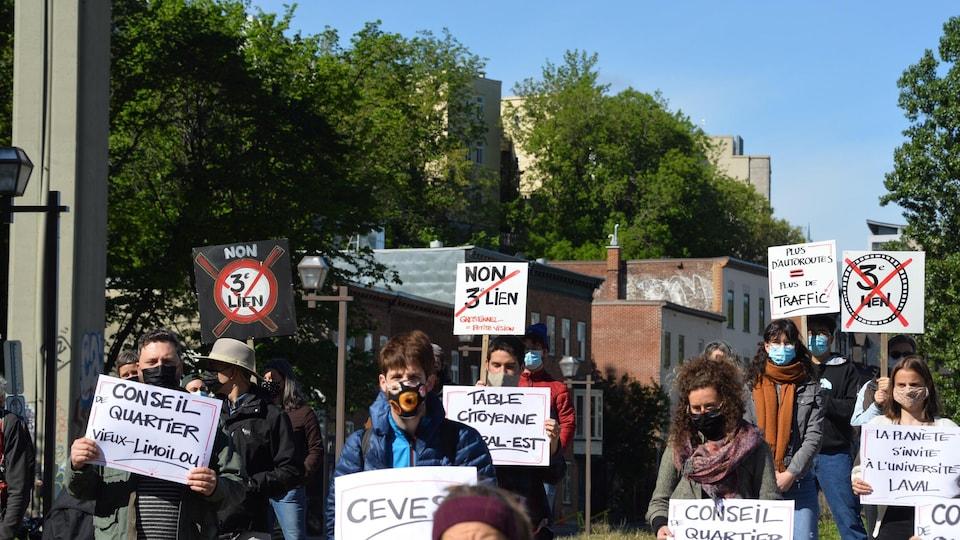 Des personnes manifestent dans le quartier Saint-Roch contre le projet de tunnel entre Québec et Lévis.