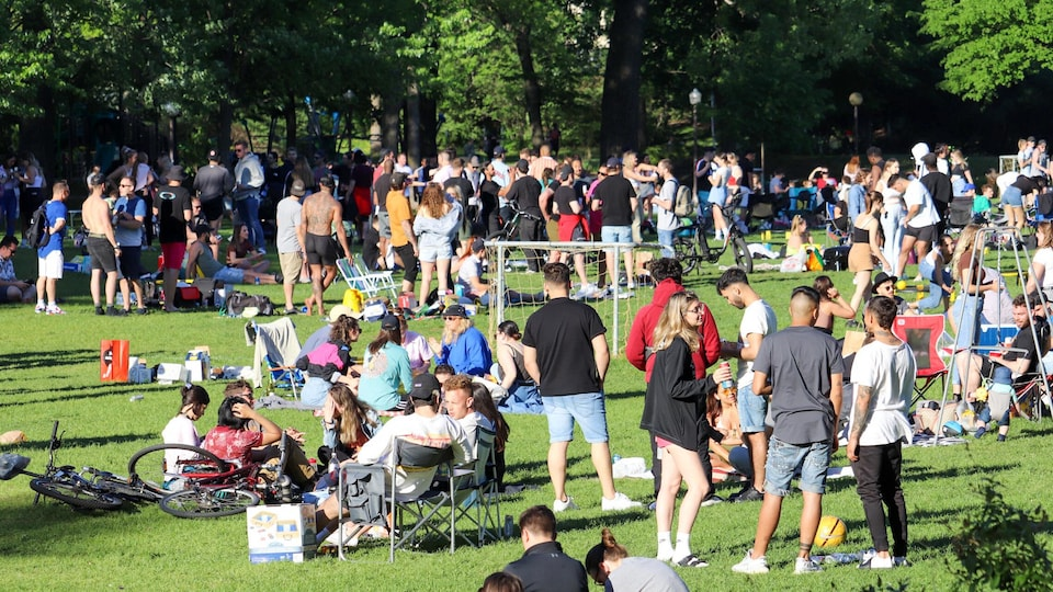 Plusieurs personnes rassemblées dans le parc.